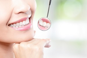 shutterstock-teeth-mirror